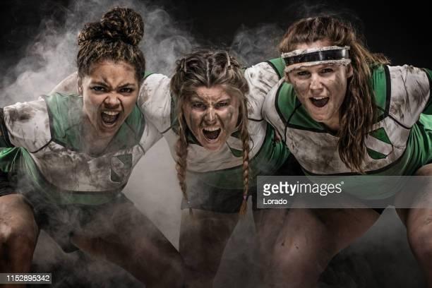 3人の汚い女性ラグビー選手 - ラグビートーナメント ストックフォトと画像