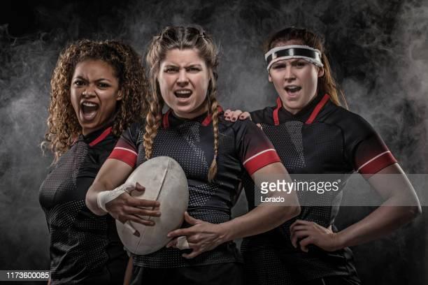 3人の汚い女子ラグビー選手 - ラグビートーナメント ストックフォトと画像