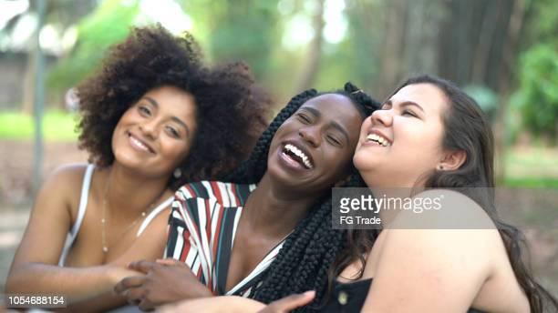 retrato de três amigos de diversas - diverse women - fotografias e filmes do acervo