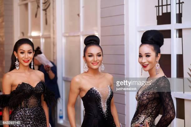 tres elegantes vestidos kathoeys tailandesas - kathoey fotografías e imágenes de stock