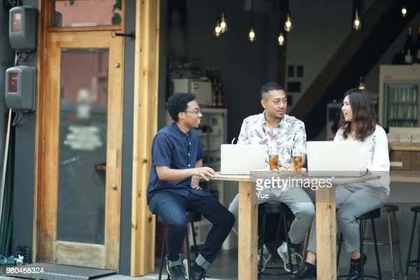 バーで会う 3 つの起業家 - フリーランス ストックフォトと画像