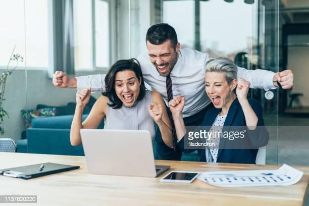 três pessoas excitadas do negócio - em êxtase - fotografias e filmes do acervo