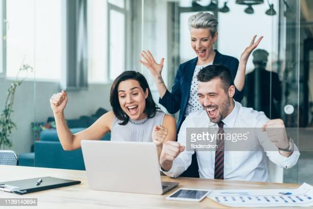 três pessoas excitadas do negócio - termo esportivo - fotografias e filmes do acervo