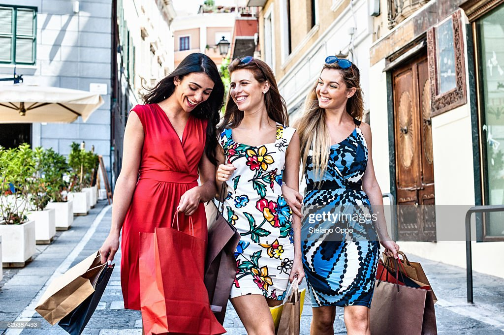 Three fashionable young women friends out shopping, Cagliari, Sardinia, Italy : Foto de stock