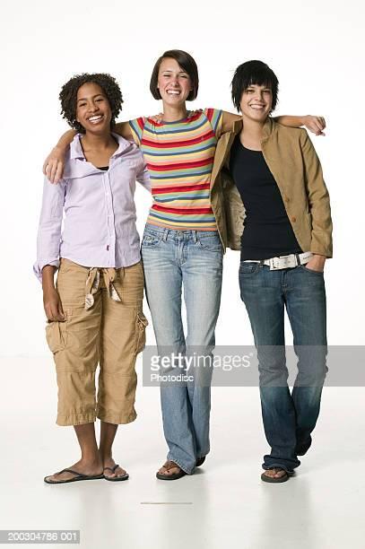 three female friends side by side, posing in studio, portrait - alleen tienermeisjes stockfoto's en -beelden