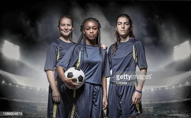 trois joueurs de football féminin - championnat mondial de football photos et images de collection