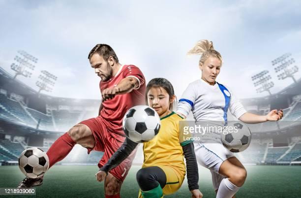 trois joueurs de football en action dans un stade vide - football féminin photos et images de collection
