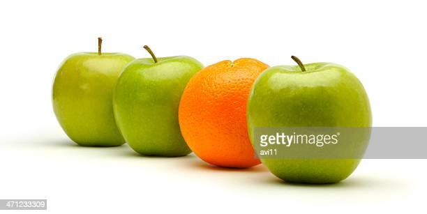 3 つの緑のリンゴとフレッシュなオレンジです。