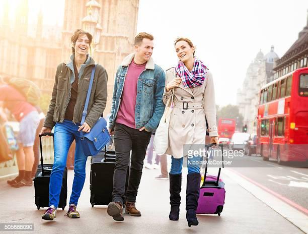 ロンドンで 3 つのご友人とご一緒にご到着 - ウェストエンド ストックフォトと画像