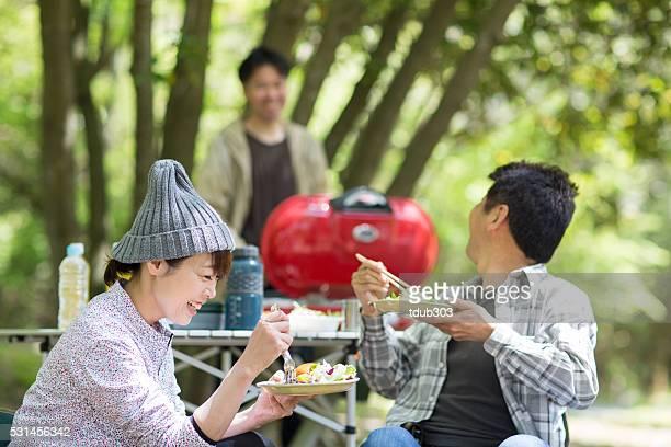 3 つのキャンプやご友人とのお食事、屋外でのお食事 - アウトドア ストックフォトと画像