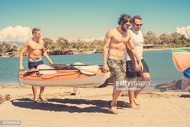 Drei Freunde, die mit dem Kanu