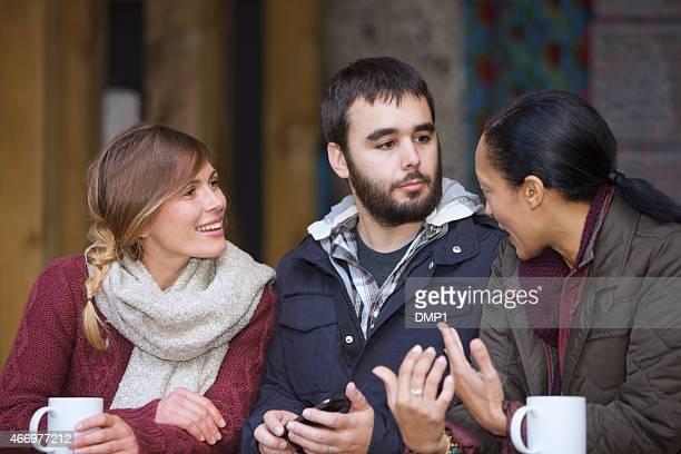 3 つのご友人との語らいにぴったりの屋外のカフェ