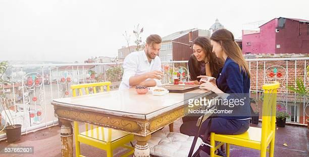 Drei Freunde bei einer Partie tavla auf Istanbul auf dem Dach
