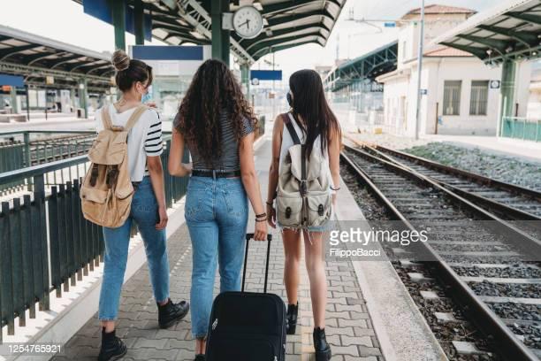 three friends enjoying a trip together - rear view - amizade feminina imagens e fotografias de stock