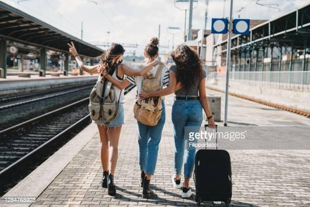drei freunde genießen eine gemeinsame reise - rückansicht - bahnreisender stock-fotos und bilder