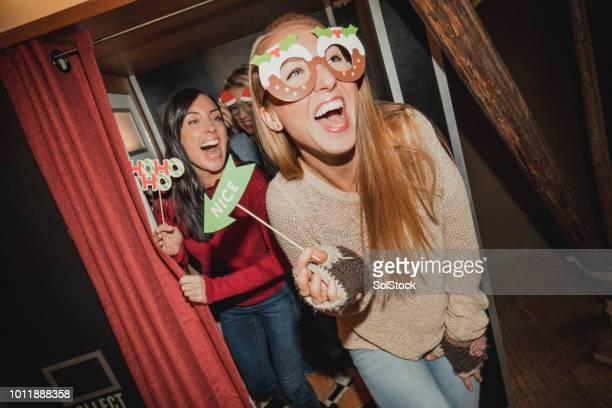 写真のブースで楽しい 3 人の友人 - 30代の女性だけ ストックフォトと画像