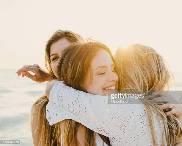 Trois amis à la plage en famille