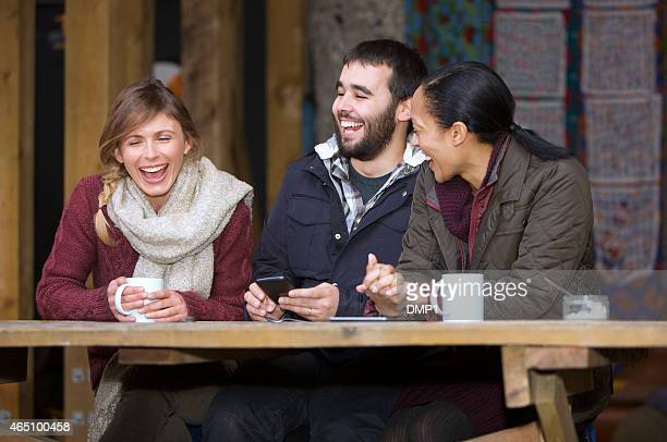 3 sat ダウン笑うご友人とご一緒に屋外のカフェ