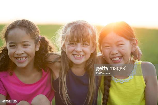 Trois amis ensemble à l'extérieur