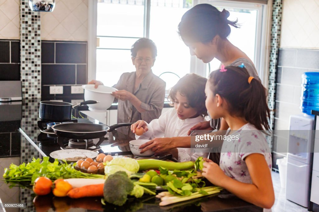 Three Generation Asian Family Cooking Healthy Food Together : Foto stock