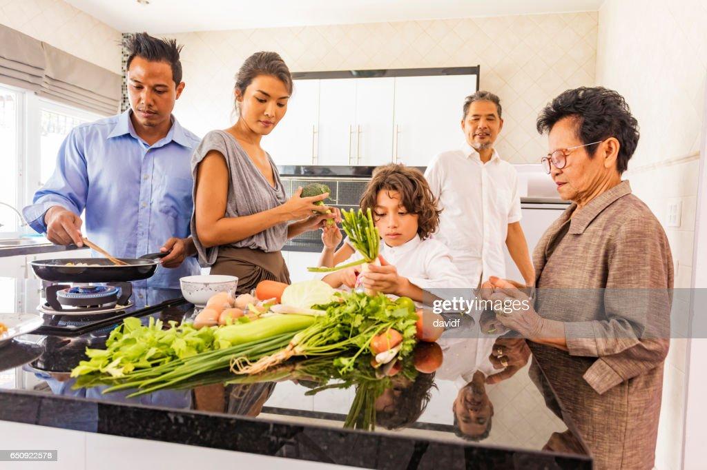 3 世代アジア家族一緒に健康食品を調理 : ストックフォト