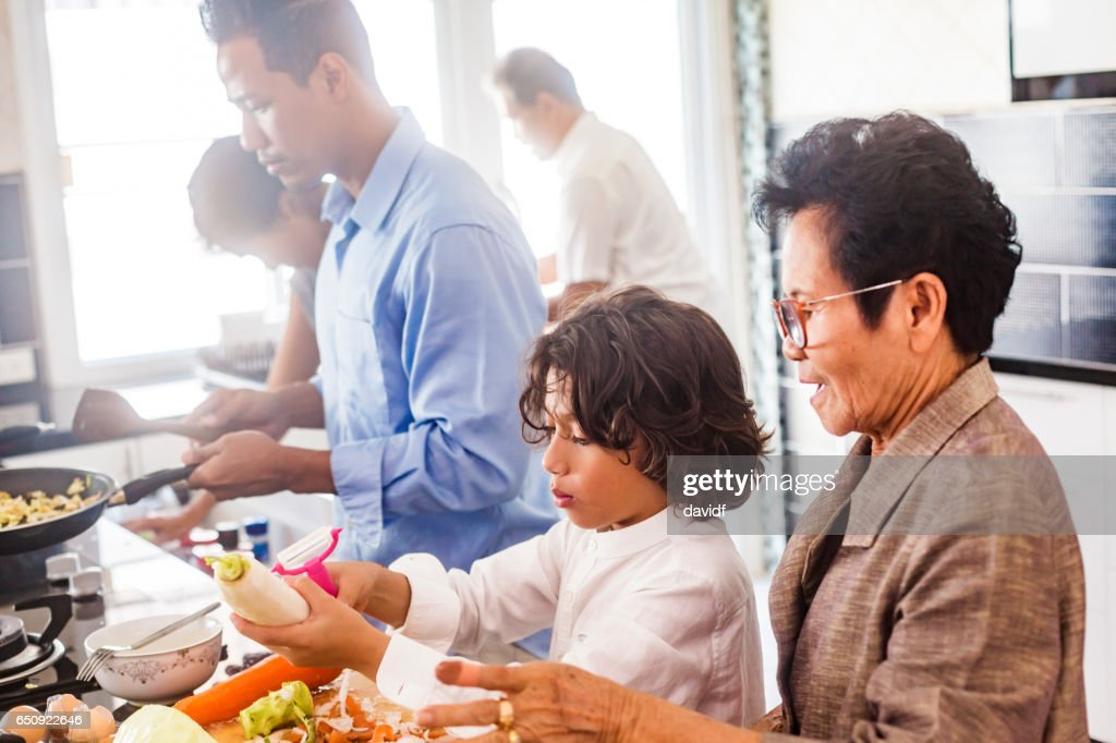 Drei Generationen asiatischen Familie gesunde Ernährung zusammen zu kochen : Stock-Foto