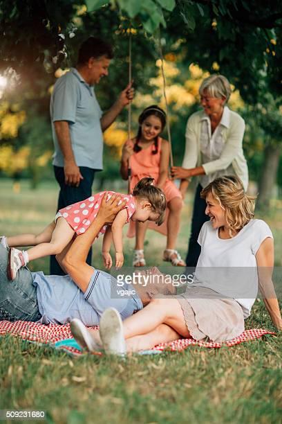 Trois génération famille sur un pique-nique