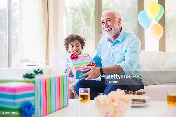 Tres generaciones familia celebrando un cumpleaños en Dubai.