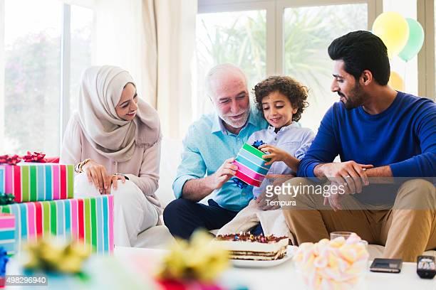 3 つの世代の家族のお祝い、ドバイの誕生日を祝う日。
