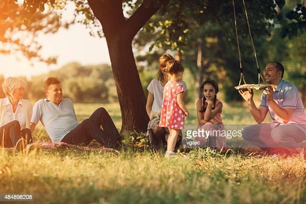 3 つの世代の家族で楽しいピクニックます。