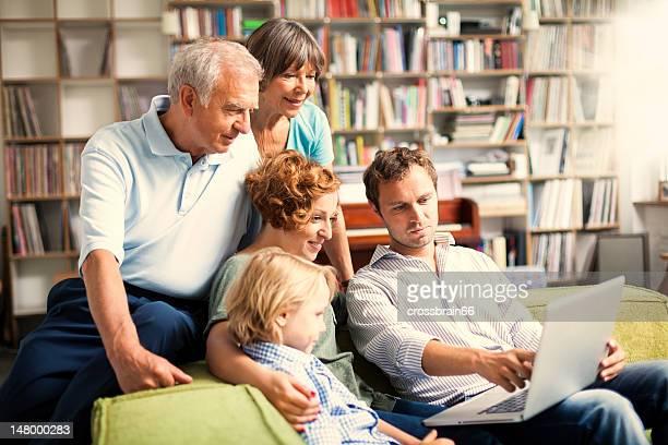 Tre generazioni di famiglia insieme rendendo i progetti