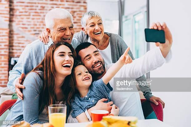 セルフィーを取る 3 つの世代の家族
