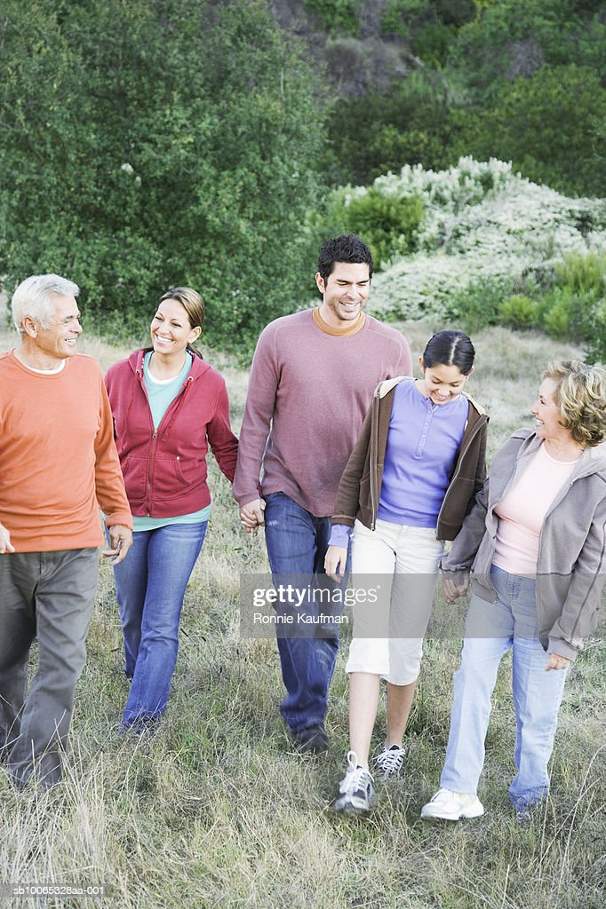 Three generation family walking in park : Foto stock