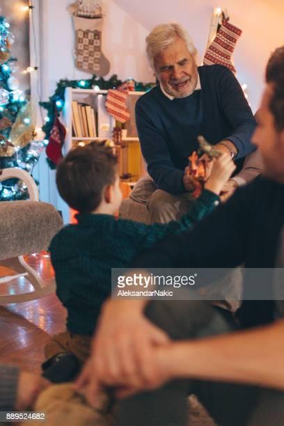 Trois générations célèbrent Noël ensemble