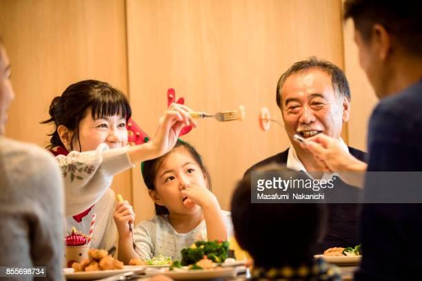 3 世代家族のクリスマス ディナーを楽しんで - 食卓 ストックフォトと画像