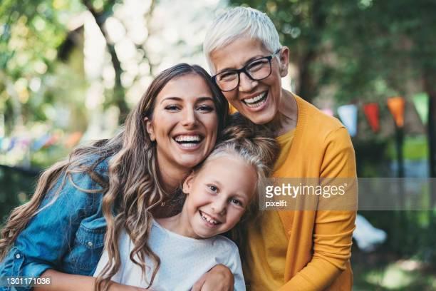 drei generationen weiblicher zugehörigkeit - kleine personengruppe stock-fotos und bilder