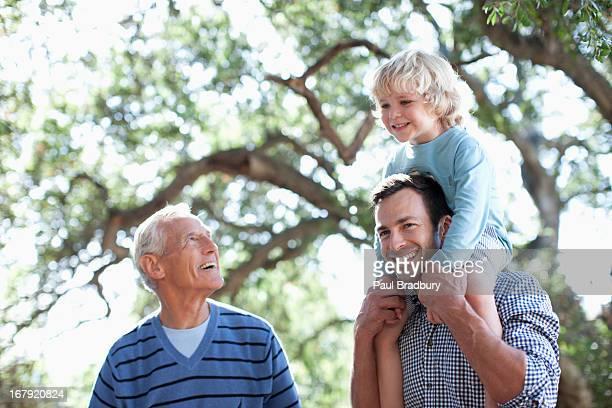 Drei Generationen von men walking im Freien