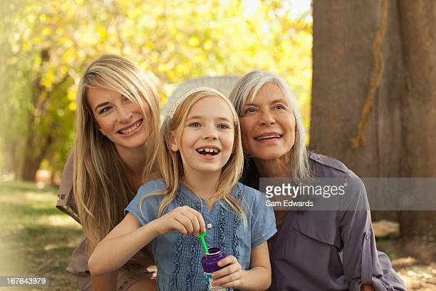 三世代の女性が吹く泡