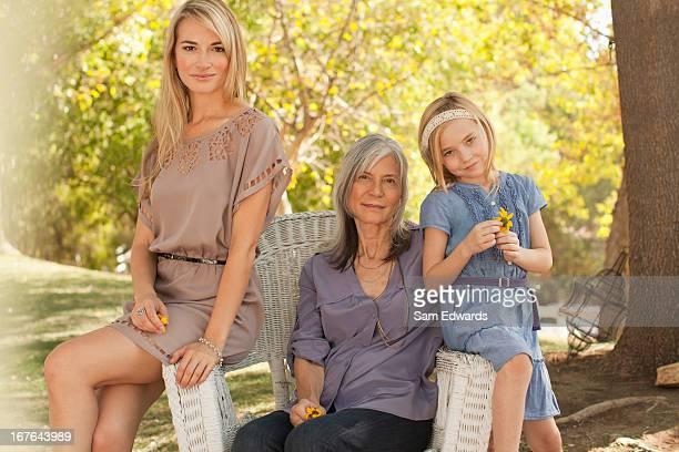 Drei Generationen von Frauen Entspannen im Freien