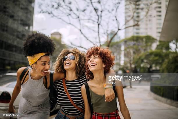 três namoradas se divertindo na cidade - amizade feminina - fotografias e filmes do acervo