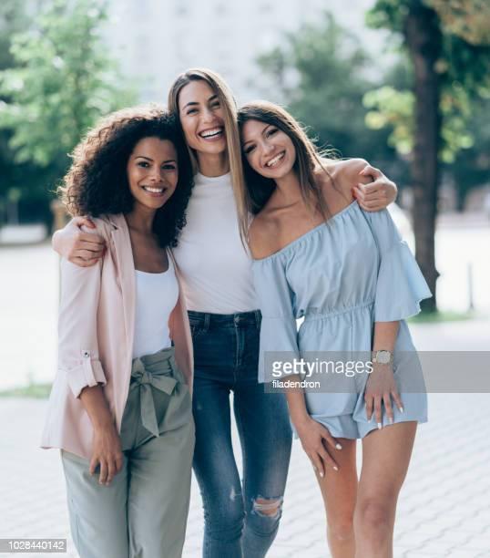 três amigas olhando feliz juntos - amizade feminina - fotografias e filmes do acervo