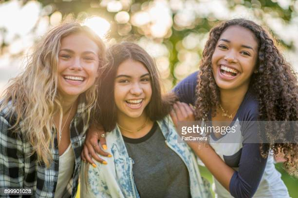 drie meisjes samen - 14 15 jaar stockfoto's en -beelden