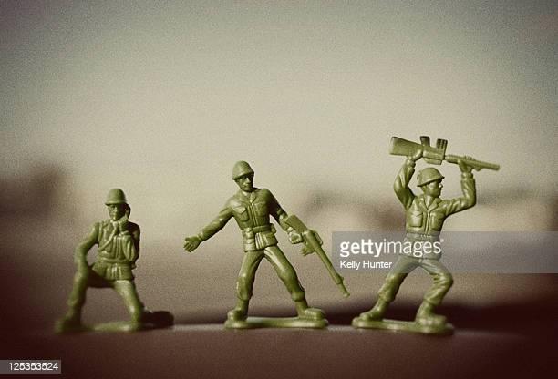 three green army men - hunter green fotografías e imágenes de stock