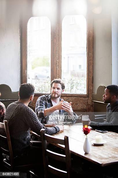 three guys having a discussion - 30 34 anni foto e immagini stock