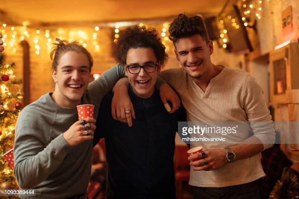 drei jungs posieren und blick in die kamera - bruder stock-fotos und bilder