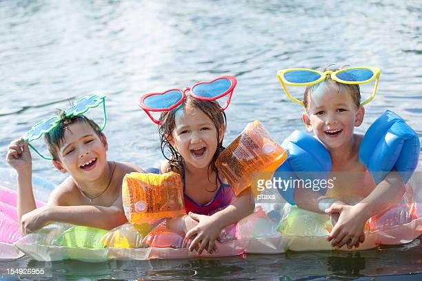 Três crianças felizes