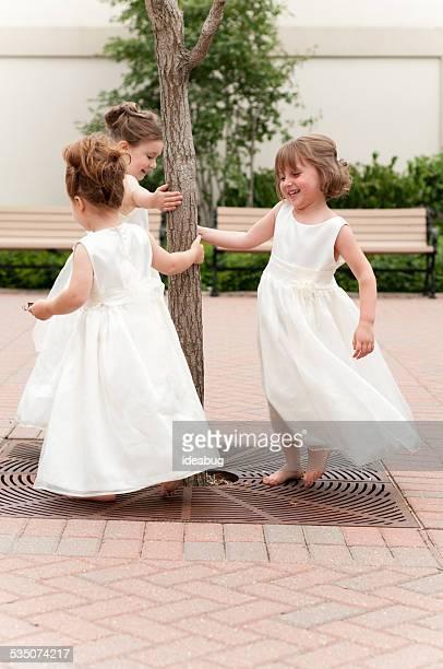 3 つの幸せなフラワーガールで遊ぶフォーマルドレス