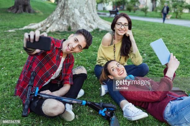 Drei glückliche Freund Zeit miteinander zu verbringen und die Selfies im park