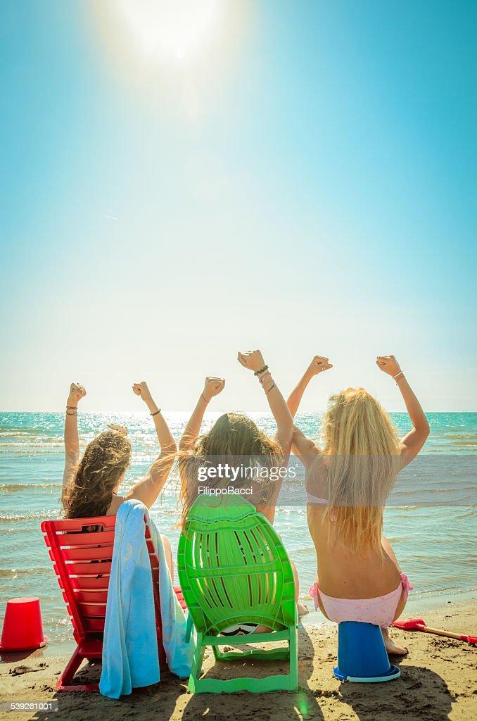 Drei glückliche Freunde am Strand für den Sommer : Stock-Foto