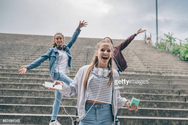 drei glückliche Mädchen tanzen im freien
